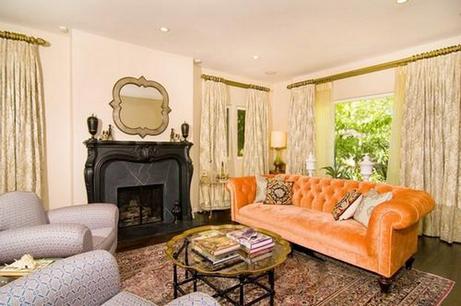 Приятный тон дивана оранжевого цвета
