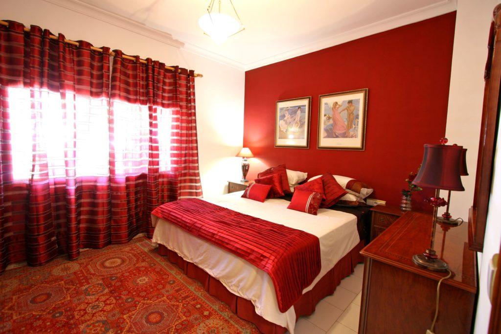 Приятный тон кровати в бордовом цвете