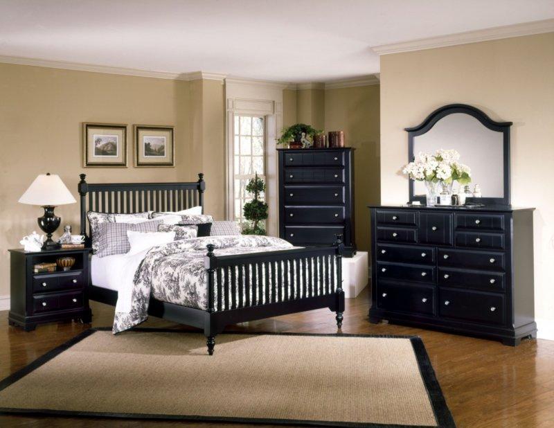 Простой интерьер с черной кроватью