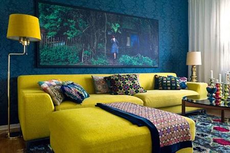 Прямой диван желтого бледного цвета