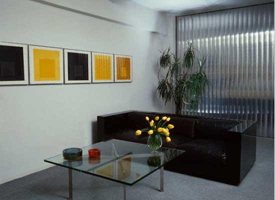 Прямой тип дивана черного цвета