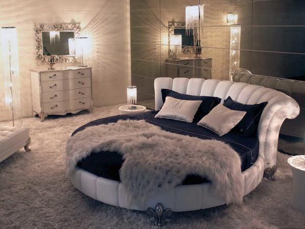 Раскошная кровать темно-синего цвета
