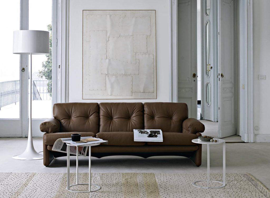 Размещение дивана коричневого цвета в гостиной