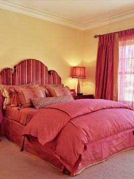Шикарная кровать красного цвета