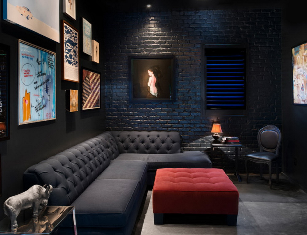 Широкий черный диван