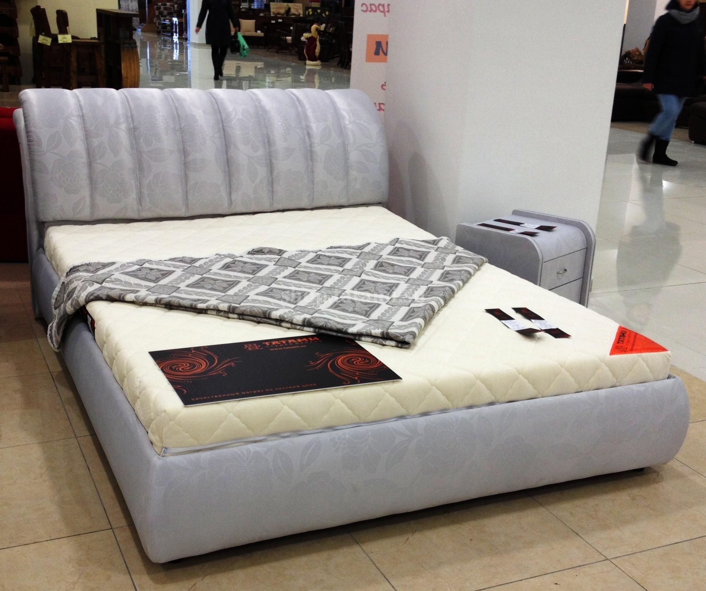 Серая блестящая кровать