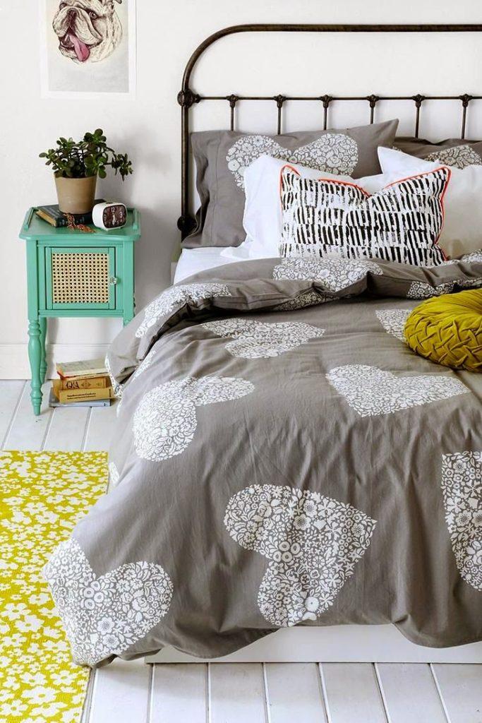 Серая кровать для оформления спальни