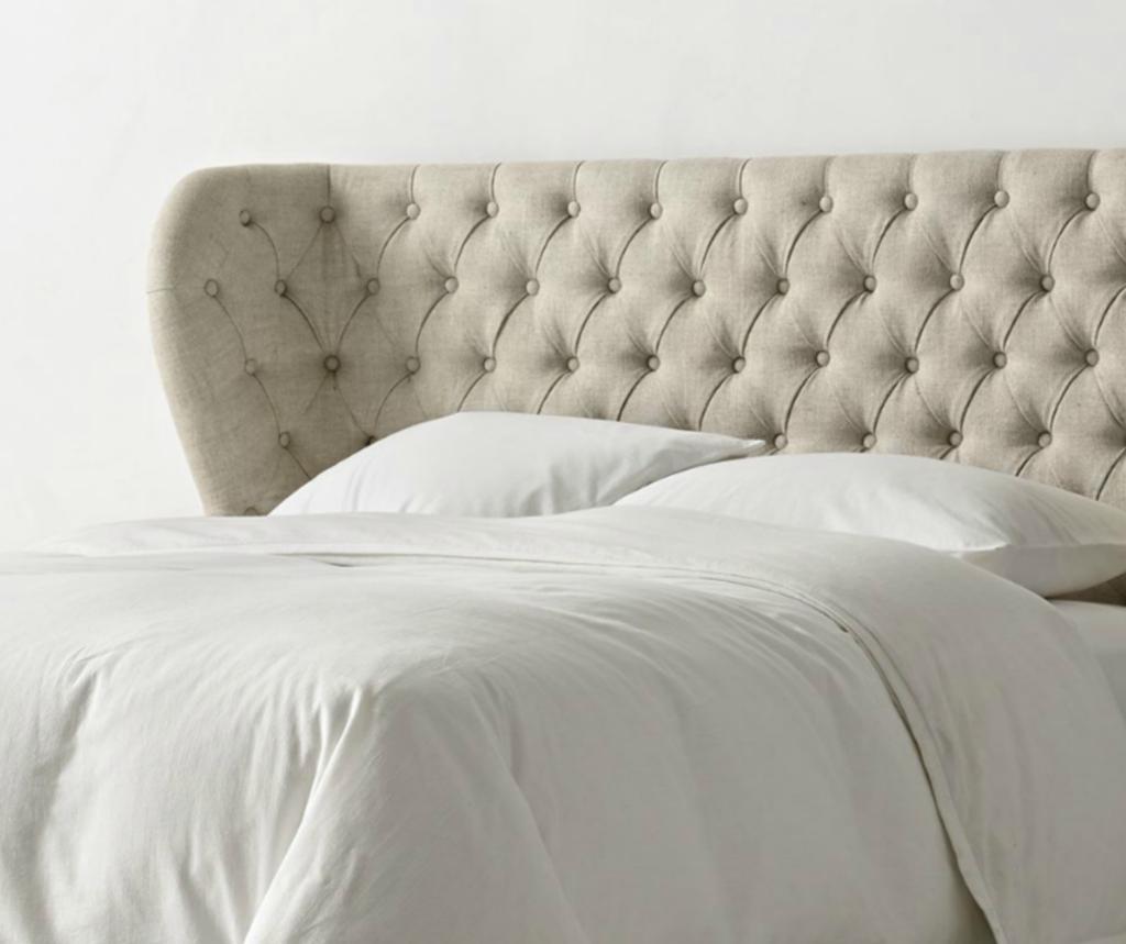 Серая кровать, созданная на основе дерева