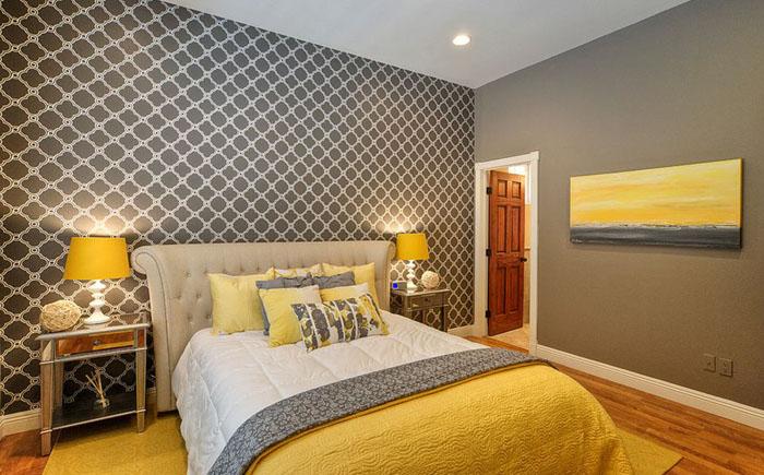 Серо-желтая современная кровать для дома