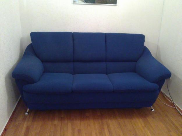 Синий диван хорошо вписывается в интерьер дома