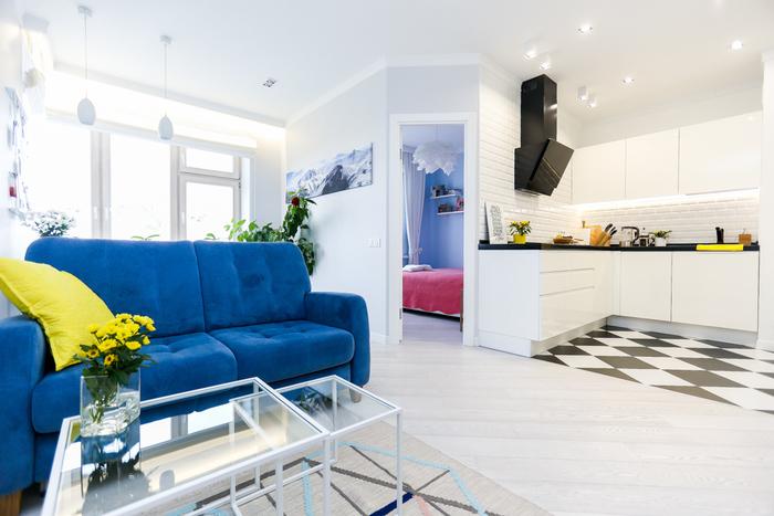 Синий диван в белой комнате