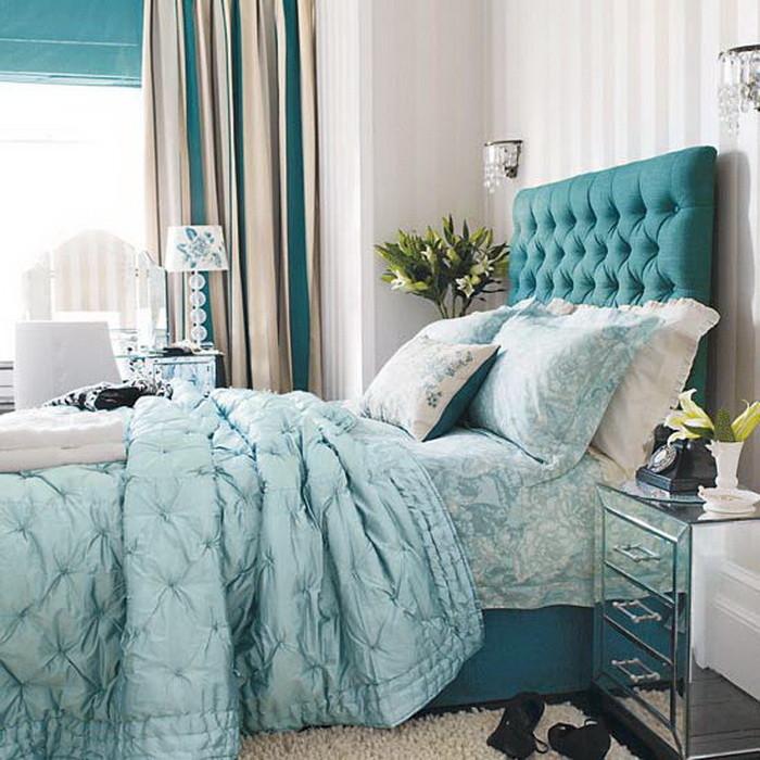 Синяя кровать светлого тона