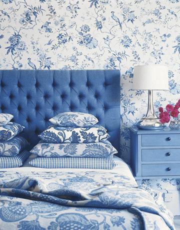 Синяя кровать в интерьере спальни выглядит привлекательно