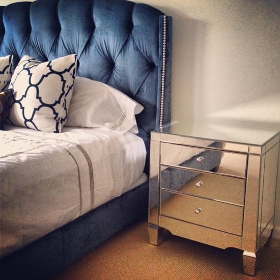 Синяя привлекательная кровать