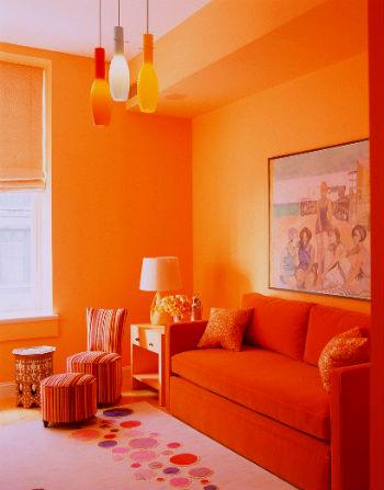 Сочный оранжевый тон современного дивана
