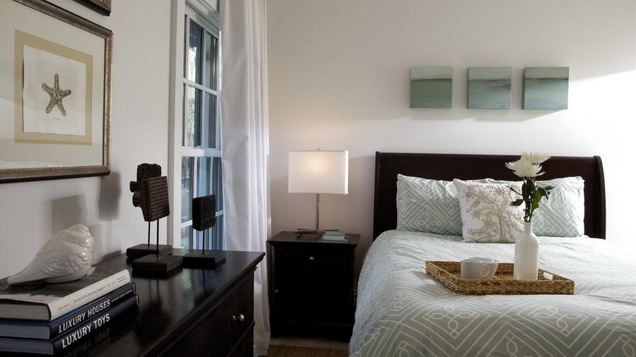 Современная кровать, выполенная в коричневом цвете