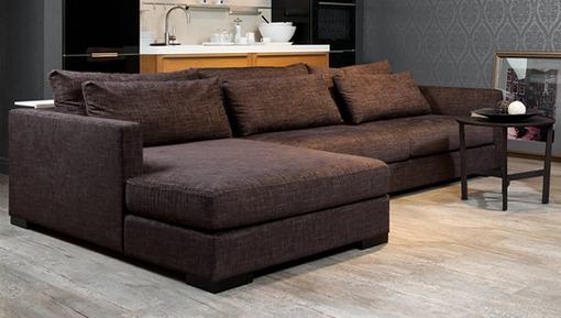 Современный диван коричневого тона для классического интерьера