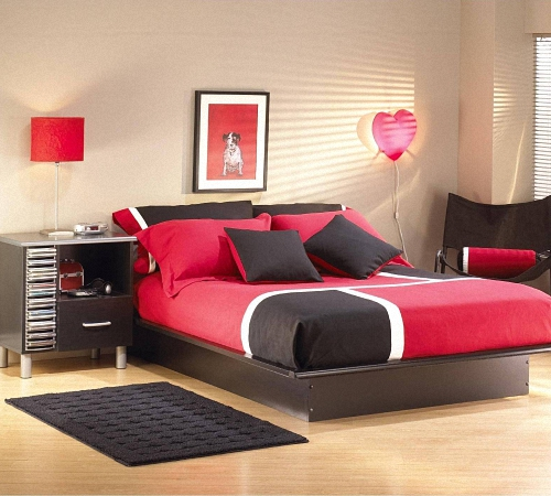 Спальня с кроватью бордового цвета