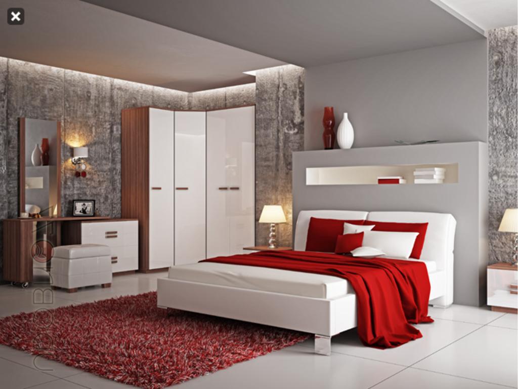 Спальня с кроватью красного цвета