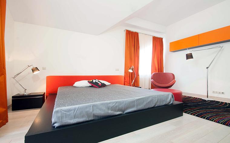 Спальня с кроватью орнажевого насыщенного цвета
