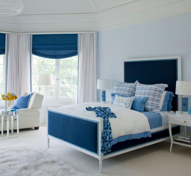 Спальня с кроватью синего цвета