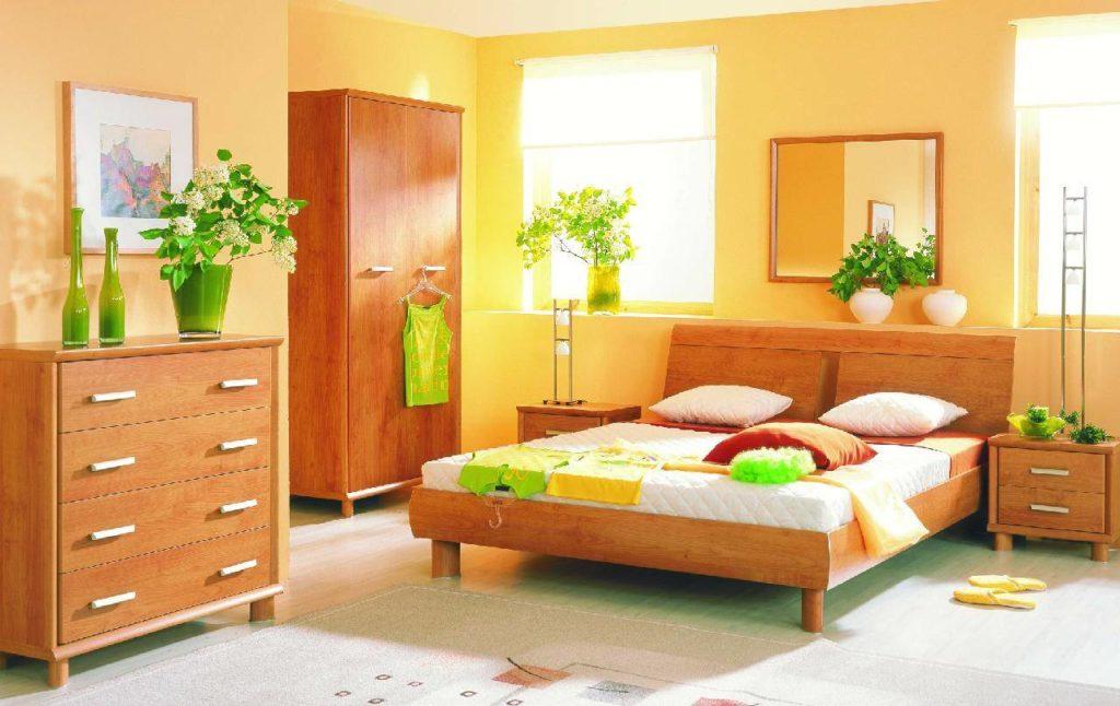 Спальня с кроватью светлого оранжевого цвета