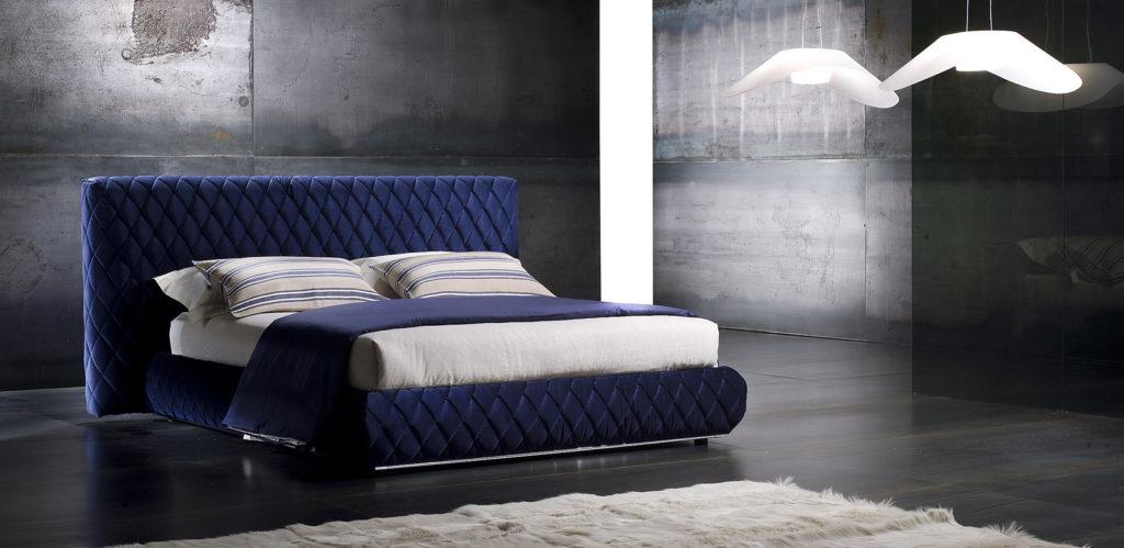 Стеганая кровать синего цвета