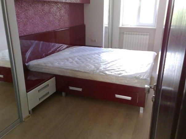 Стильная кровать бордового цвета