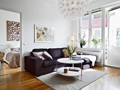 Строгость черного дивана в интерьере