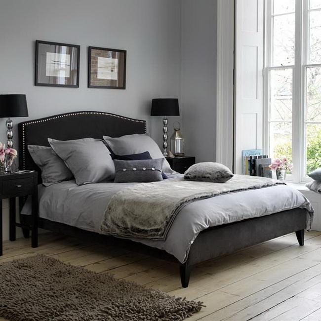 Светлая черная кровать