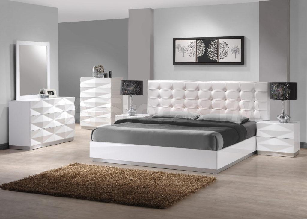 Светло-серая кровать для дома