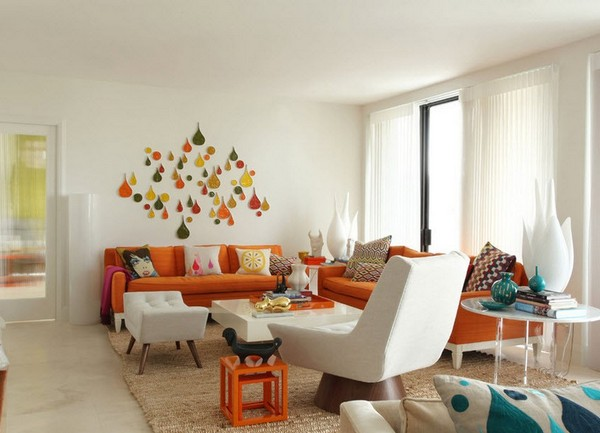 Светлый интерьер с оранжевым диваном