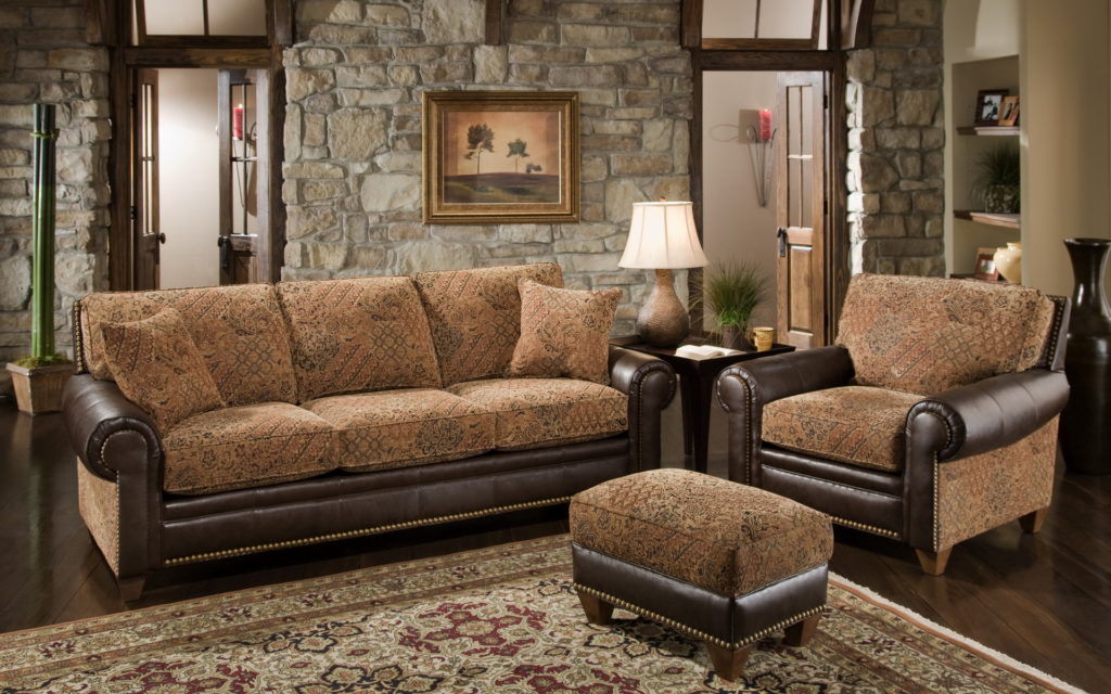 Светлый коричневый диван