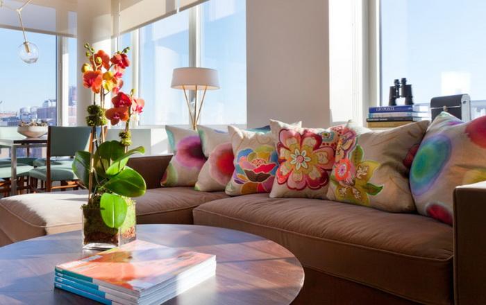 Светлый оттенок коричневого дивана