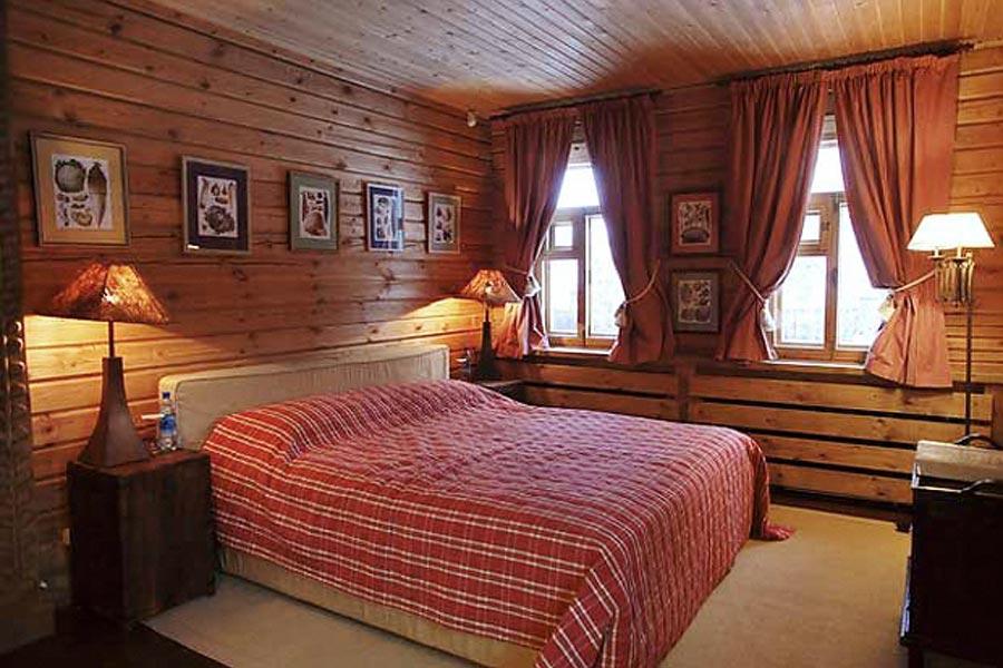 Светлый тон красной кровати