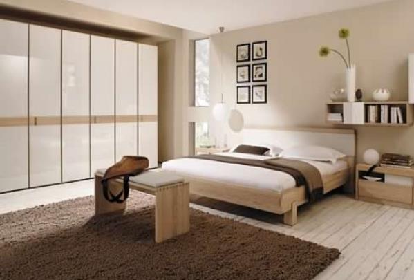 Светлый тон привлекательной кровати коричневого цвета