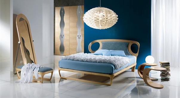 Светлый тон синей кровати