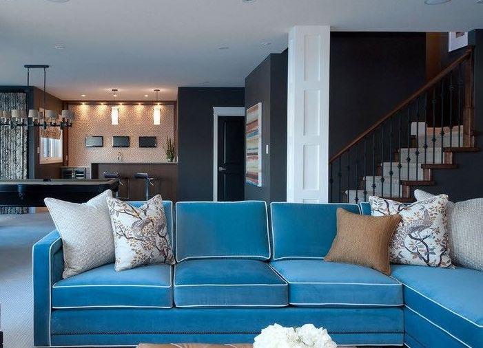 Светлый тон современного синего дивана