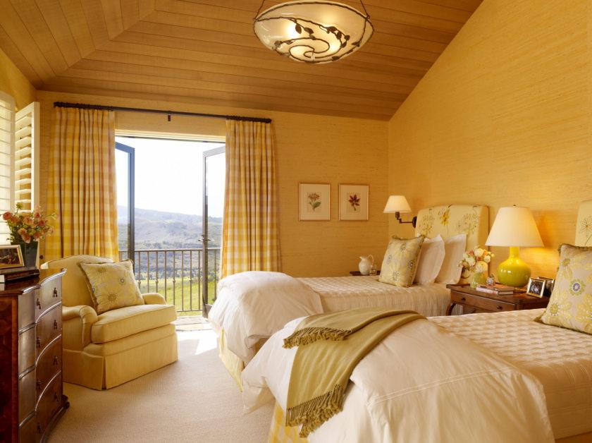 Светлый тон современной кровати