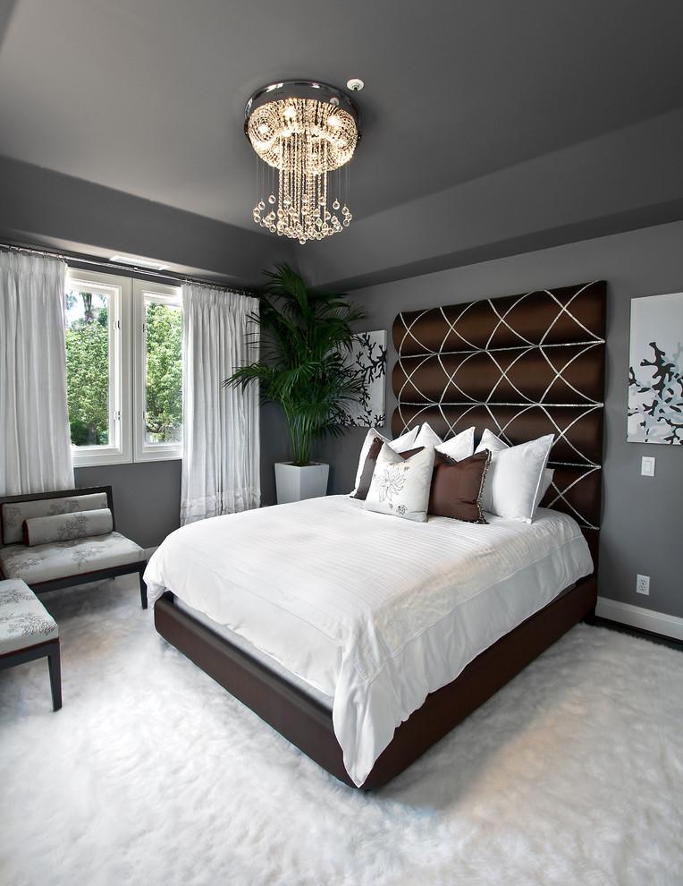 Темная кровать в коричневом цвете