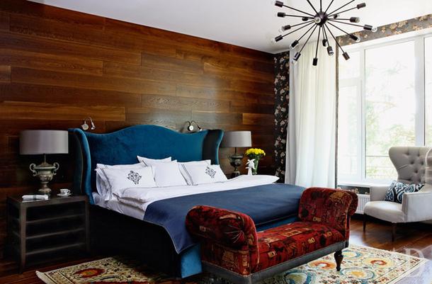 Темная синяя кровать