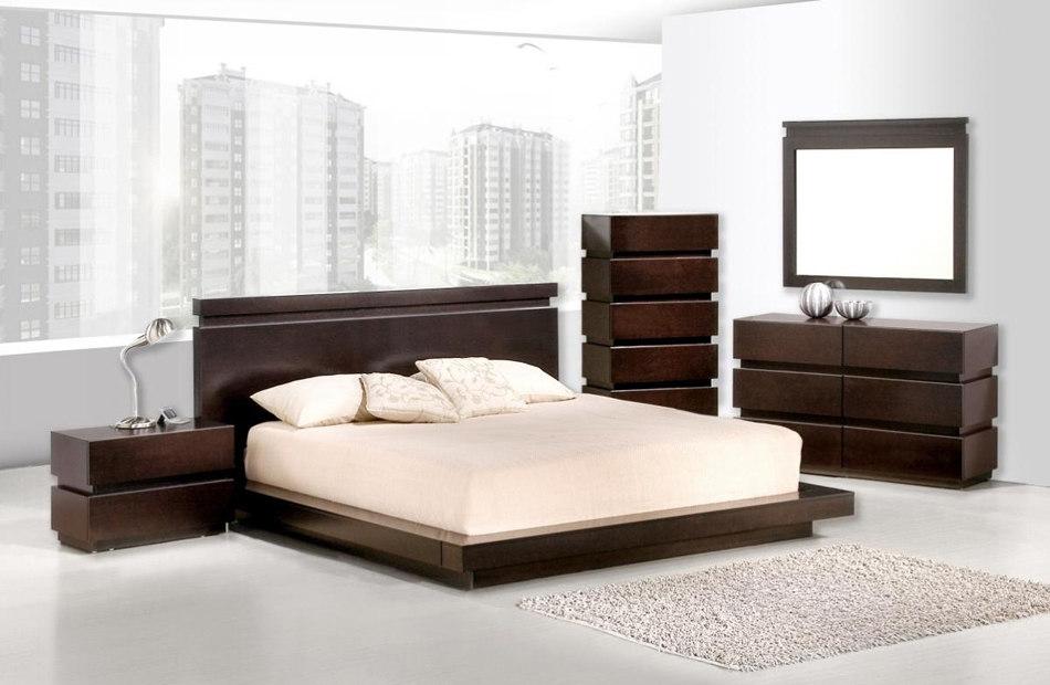 Темно-коричневая кровать