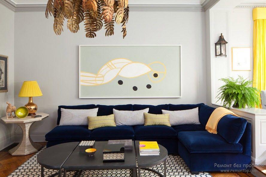 Темно-синий диван в гостиной