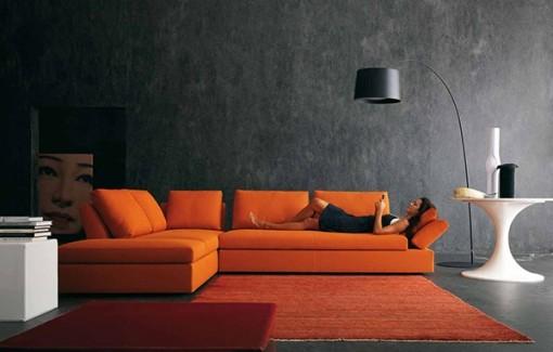 Темный оранжевый диван