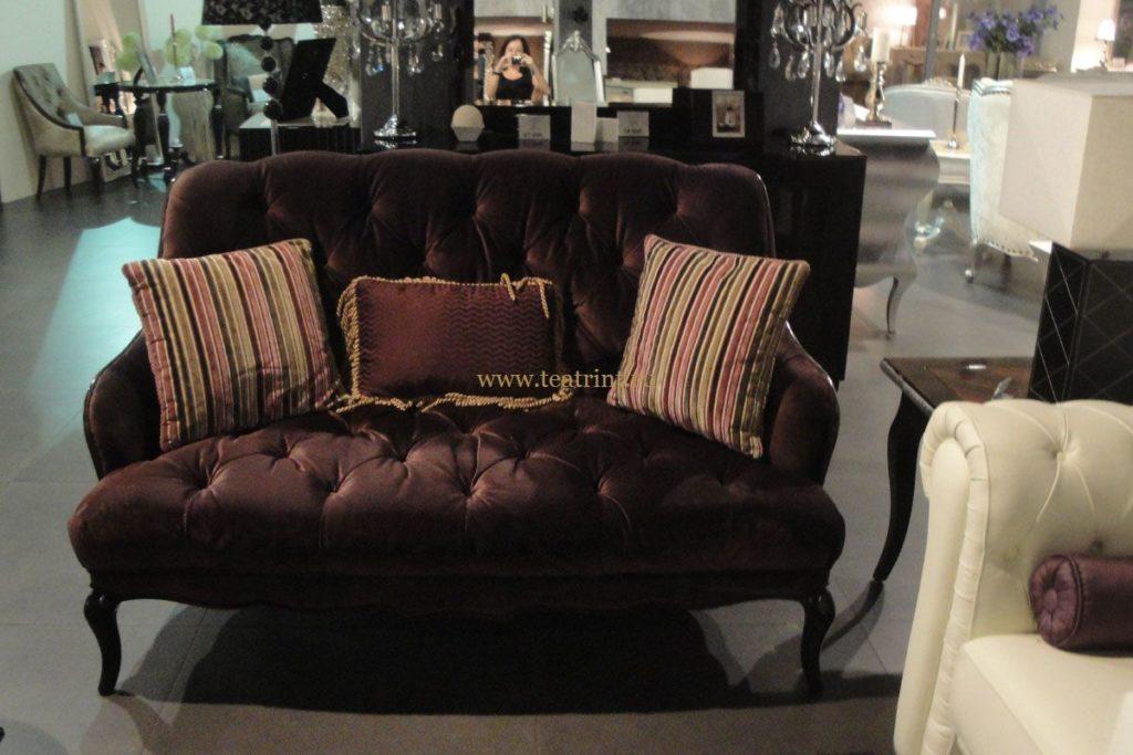 Темный оттенок бордового дивана