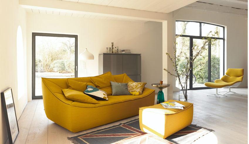 Темный оттенок дивана желтого цвета