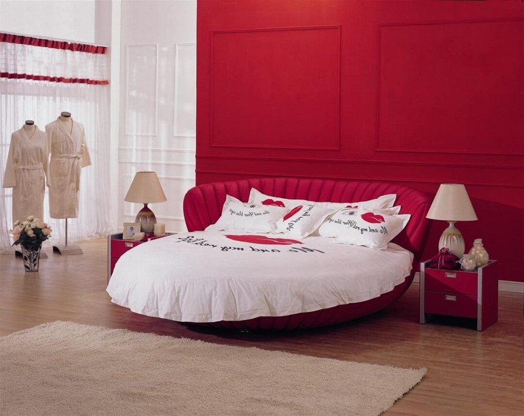 Темный оттенок красной кровати