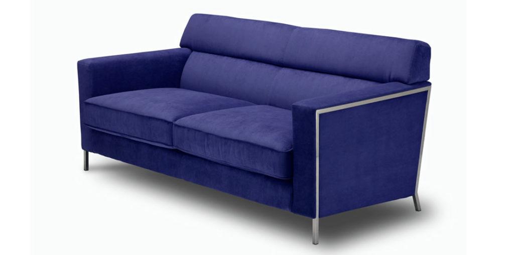 Темный синий диван в гостиной