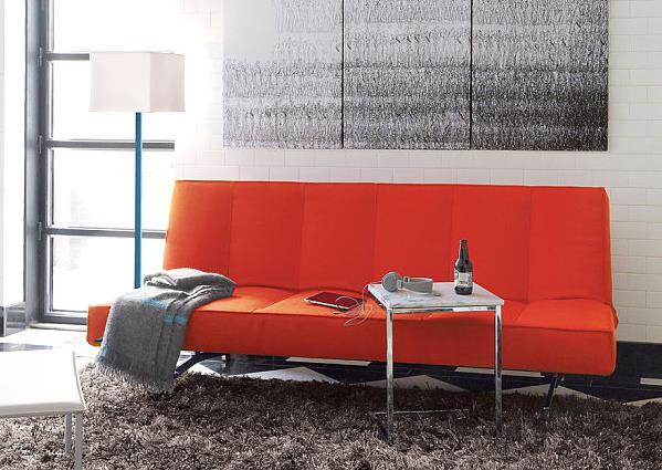 Удобный диван оранжевого насыщенного цвета