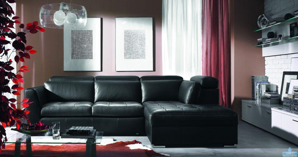 Угловой диван, оформленный в черном цвете